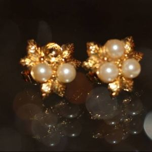 Jewelry - AK vintage gold tone and pearl clip on earrings